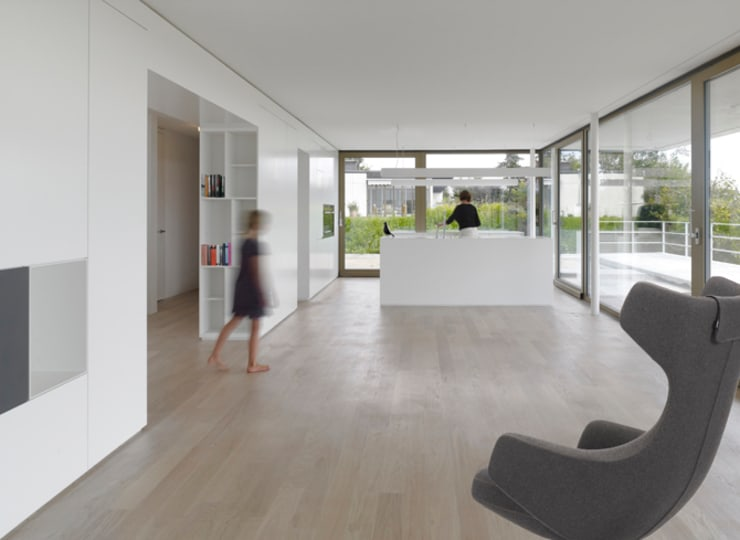 Doppelvilla am Jurasüdfuss: minimalistische Wohnzimmer von ern+ heinzl Architekten