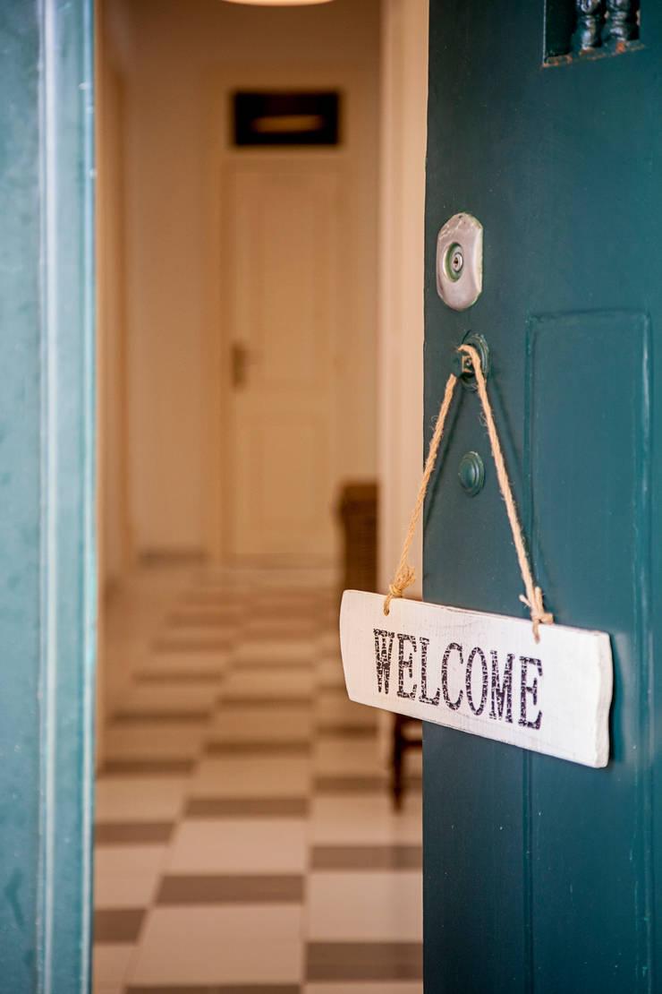 Entry door: Corredores e halls de entrada  por Home Staging Factory