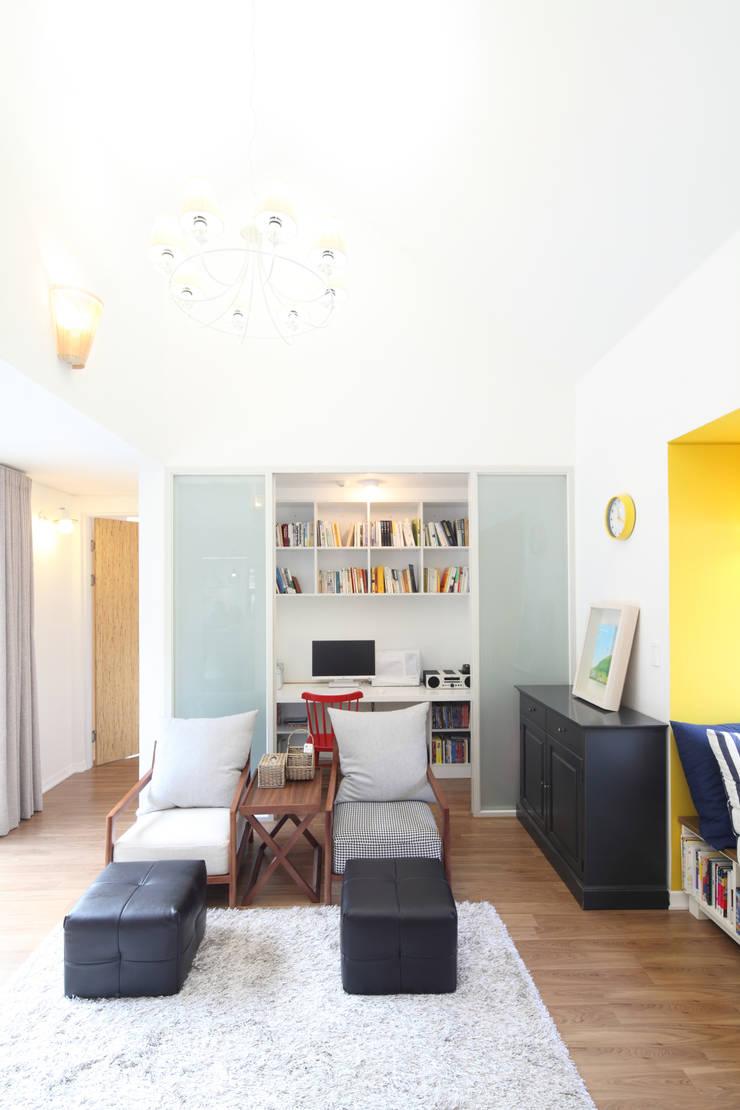 거실옆 서재: 주택설계전문 디자인그룹 홈스타일토토의  서재 & 사무실