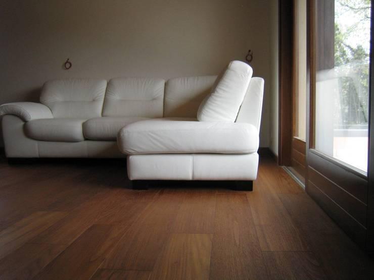 Pavimento Teak: Pareti & Pavimenti in stile in stile Rustico di COMPENSATI CABBIA snc
