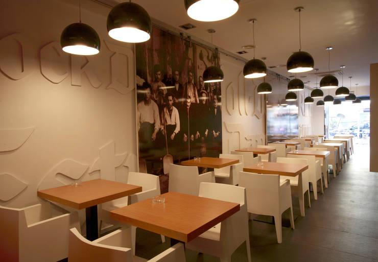 CERVECERÍA AUGUST: Locales gastronómicos de estilo  de INTERTECH ESPACIO CREATIVO