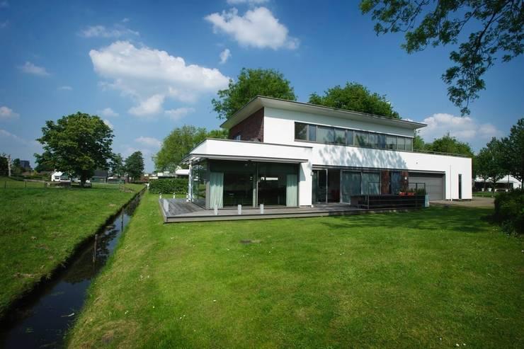 Maisons de style  par Leonardus interieurarchitect, Moderne