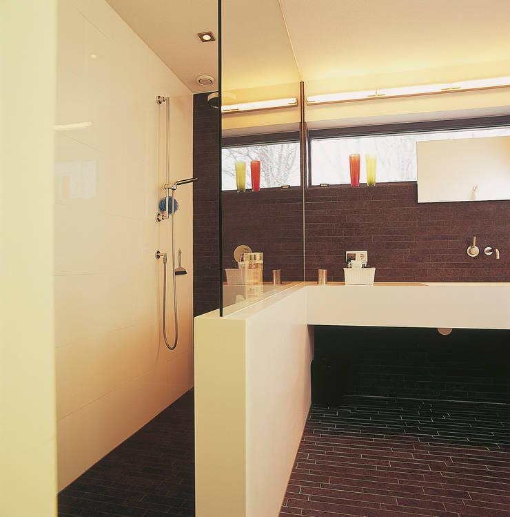 Inloopdouche:  Badkamer door Leonardus interieurarchitect