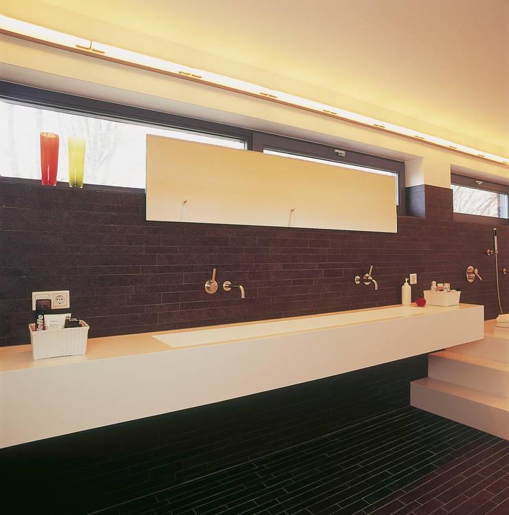 Badkamer met op maat gemaakte wastafel:  Badkamer door Leonardus interieurarchitect