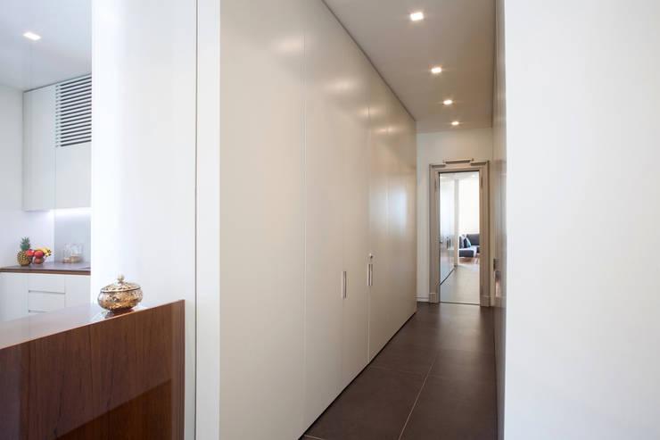Pasillos y recibidores de estilo  por bdastudio