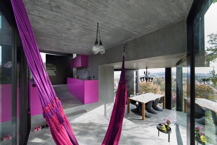 Salas / recibidores de estilo moderno por L3P Architekten ETH FH SIA AG