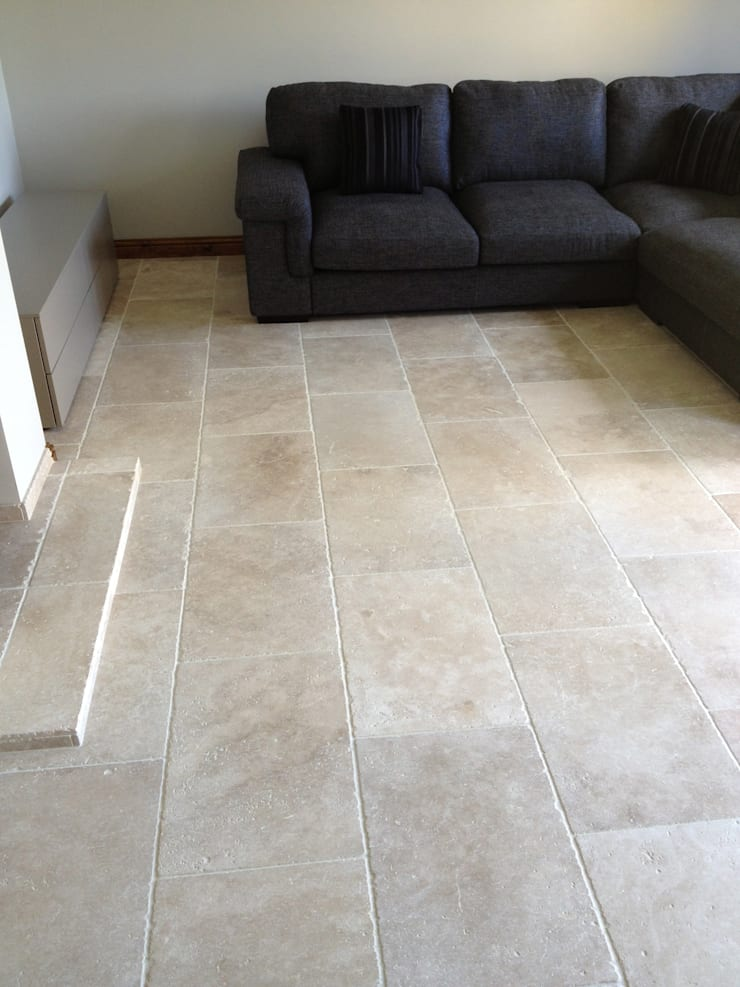 Light Tumbled Travertine:  Living room by Floors of Stone Ltd