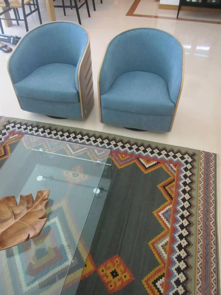 Zona de Estar - promentos das cadeiras e tapete: Salas de estar  por Traço Magenta - Design de Interiores