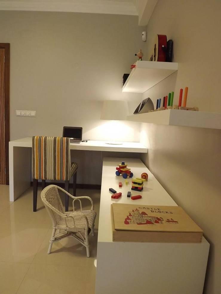 Zona de estudo e brincadeira: Salas de estar  por Traço Magenta - Design de Interiores