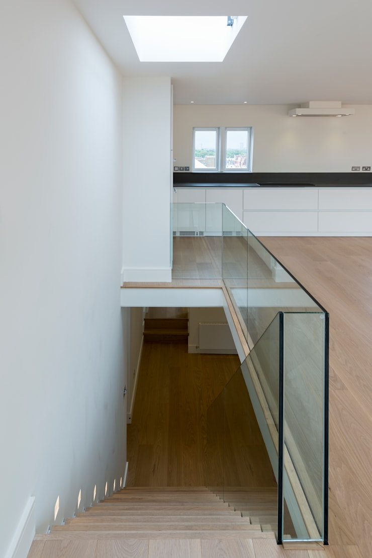 Framless glass balustrade:  Corridor & hallway by DDWH Architects