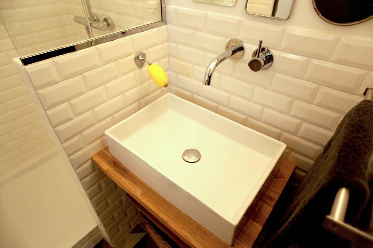 Rénovation complète d'un appartement : Salle de bain de style  par NELSON Architecture Intérieure & Design
