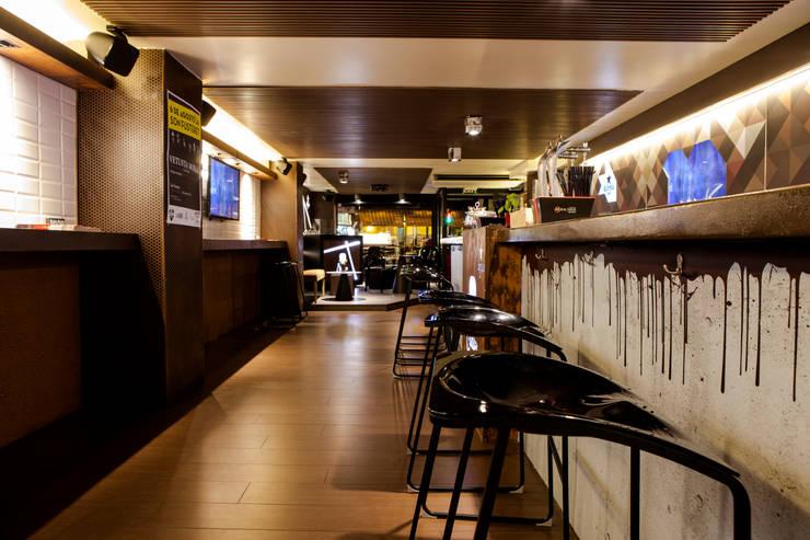 THE CLUBBER. PALMA DE MALLORCA. ISLAS BALEARES.: Locales gastronómicos de estilo  de INTERTECH ESPACIO CREATIVO