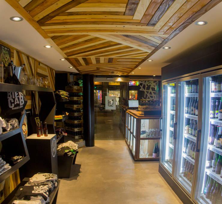 THE BIERCAB SHOP. BARCELONA: Espacios comerciales de estilo  de INTERTECH ESPACIO CREATIVO