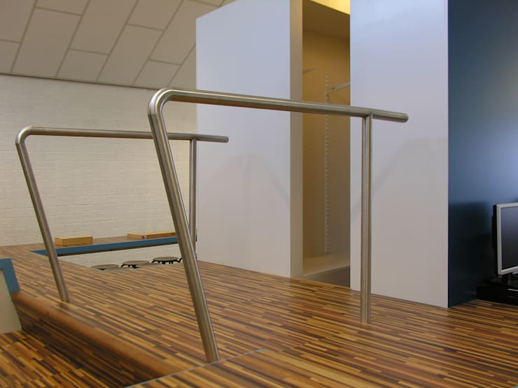 Trap naar bibliotheek:  Scholen door Leonardus interieurarchitect