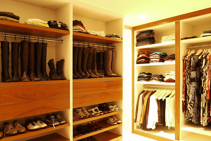 Walk in closet de estilo  por Leonardus interieurarchitect