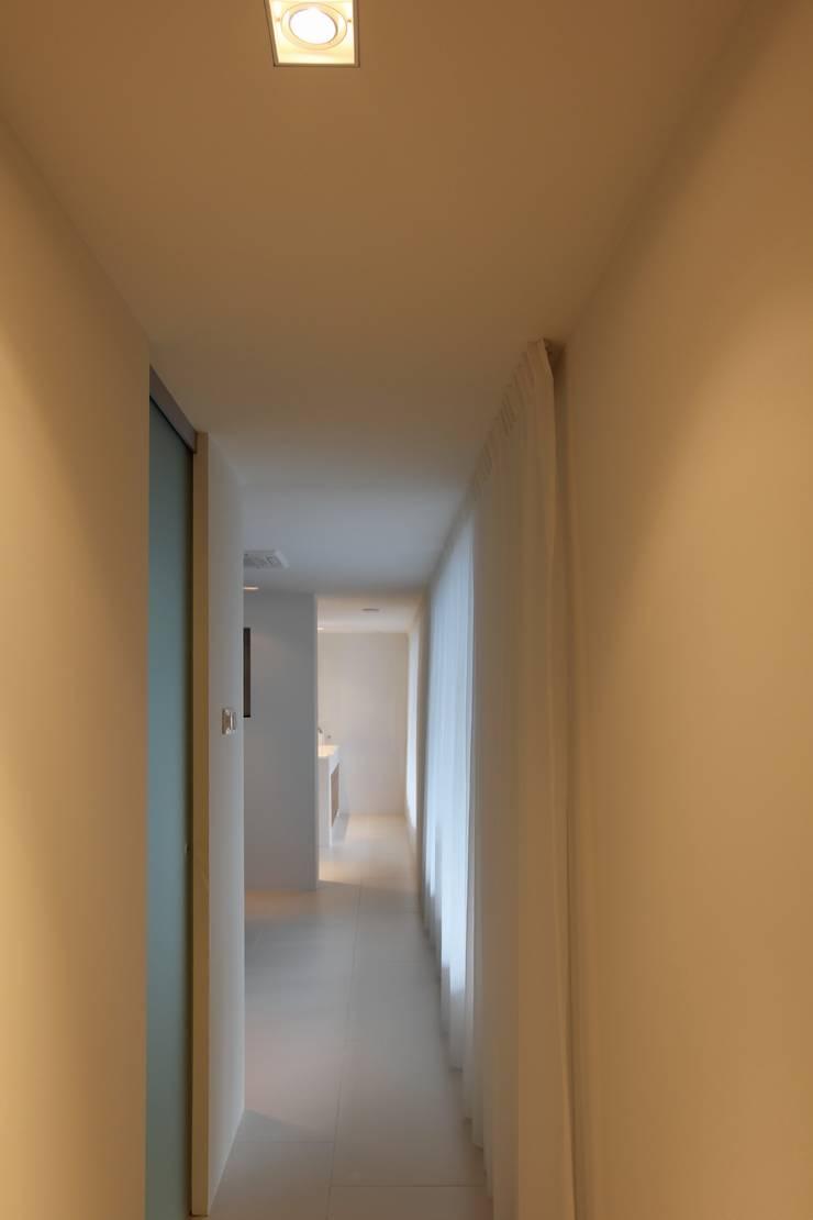 Slaapkamer - Inloopkast - Badkamer:  Slaapkamer door Leonardus interieurarchitect
