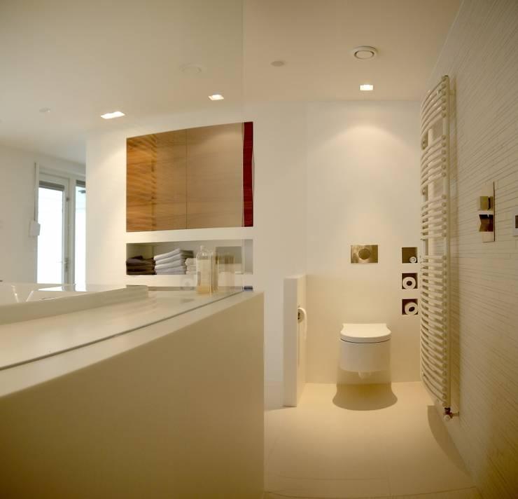 Badkamer met inloopdouche:  Badkamer door Leonardus interieurarchitect