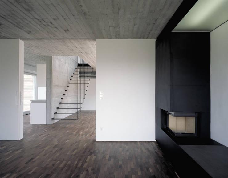 Wohnhaus H:  Wohnzimmer von Matthias Maurer Architekten
