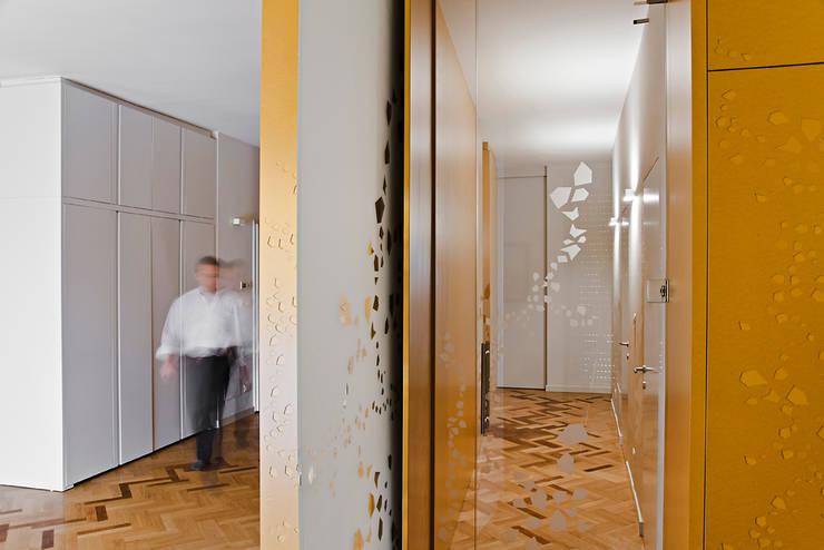 verso la zona notte: Ingresso & Corridoio in stile  di Bodà