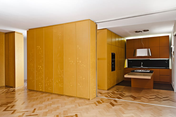 Dal soggiorno verso la cucina: Cucina in stile in stile Moderno di Bodà