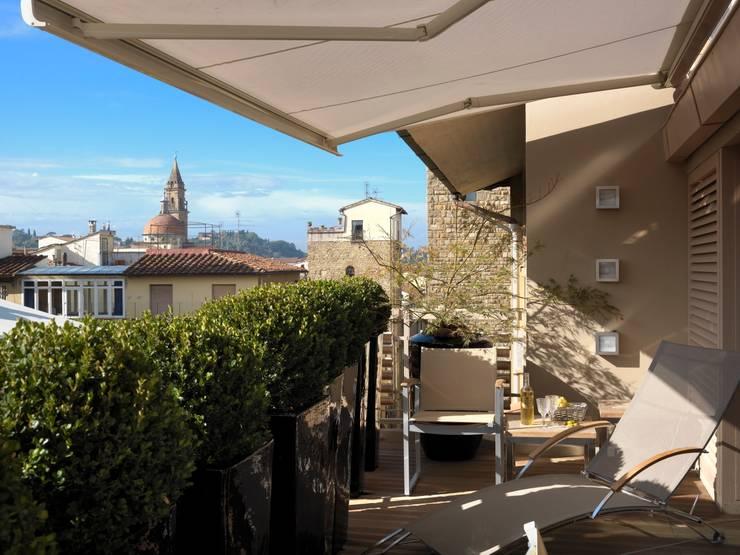 Attico sui Lungarni a Firenze: Balcone, Veranda & Terrazzo in stile  di Antonio Lionetti Home Design