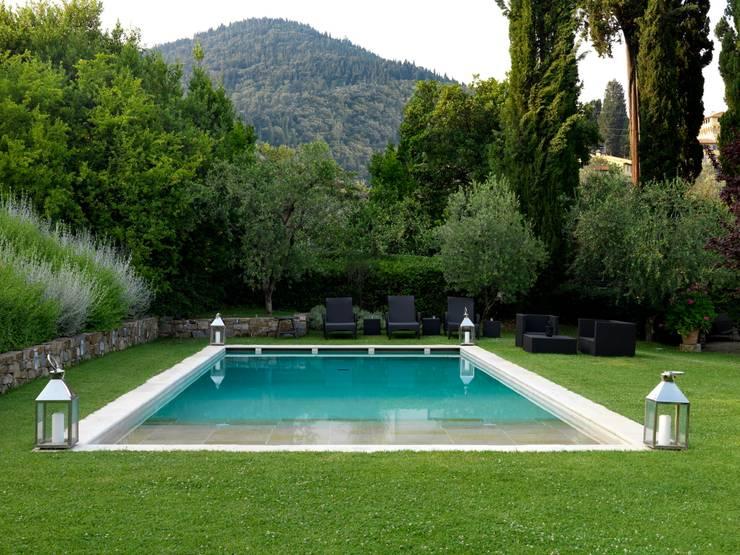 Villa sulla collina di Fiesole: Piscine in stile  di Antonio Lionetti Home Design