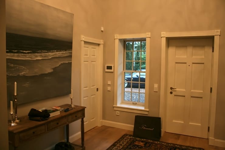 MARK ASTON b y TWH Diele, Haustür:  Flur & Diele von THE WHITE HOUSE american dream homes gmbh,