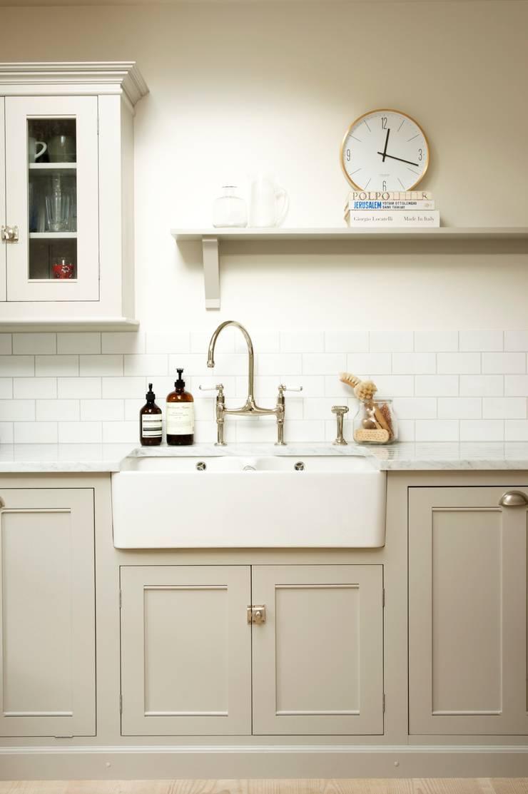 The Clapham Classic English Kitchen by deVOL:  Kitchen by deVOL Kitchens