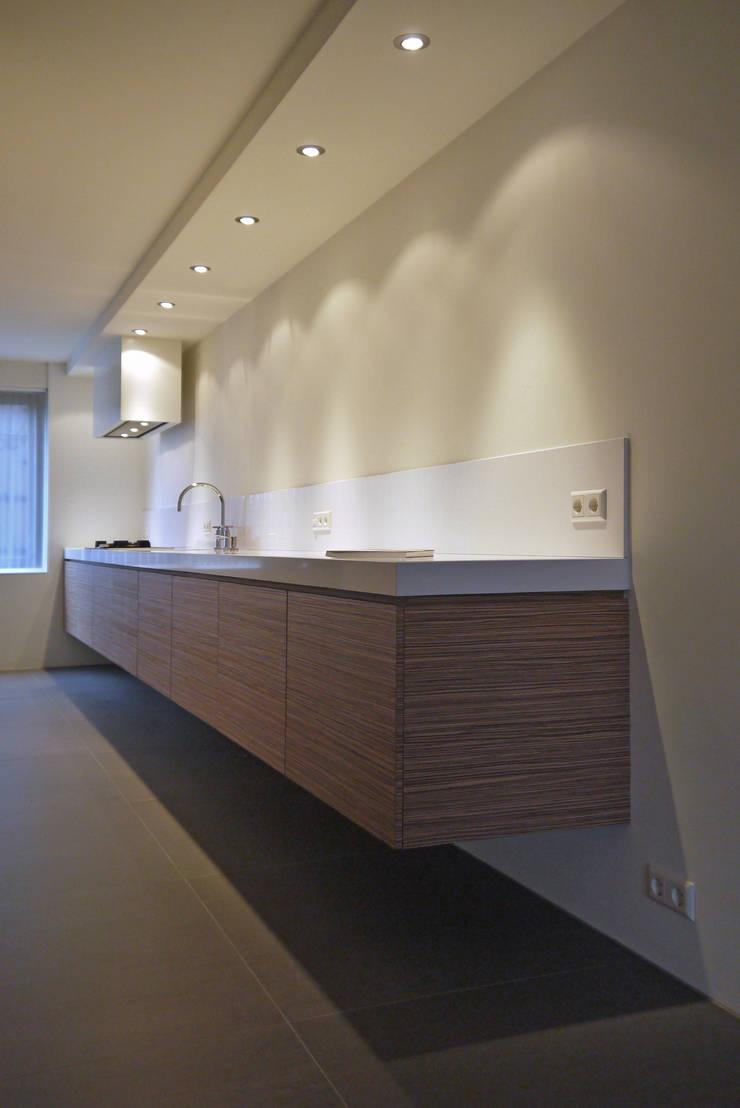 Aanrecht 6m lang:  Keuken door Leonardus interieurarchitect