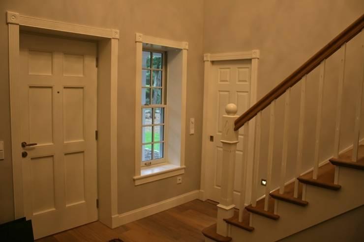 MARK ASTON b y TWH Diele, Treppe:  Flur & Diele von THE WHITE HOUSE american dream homes gmbh,