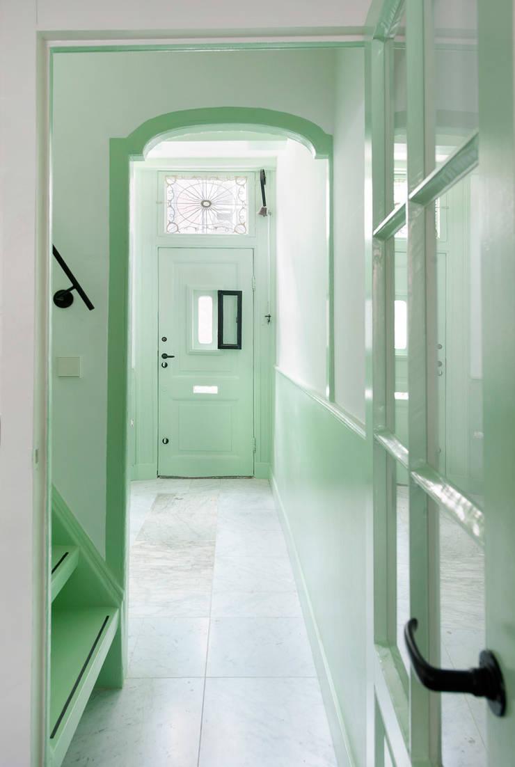 de ingang van no 15 Klassieke gangen, hallen & trappenhuizen van Architectenbureau Vroom Klassiek