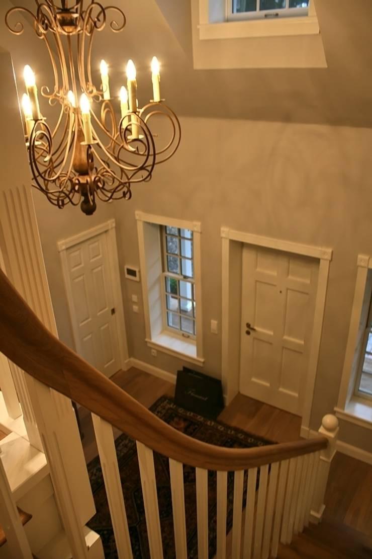 MARK ASTON by TWH Blick von der Galerie:  Flur & Diele von THE WHITE HOUSE american dream homes gmbh,