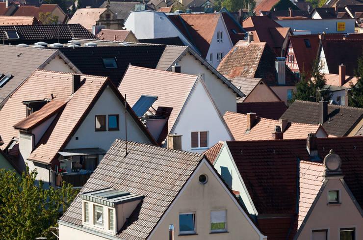 Blick über die kleinstädtische Dachlandschaft auf den eingefügten Neubau: klassische Häuser von Eingartner Khorrami Architekten BDA