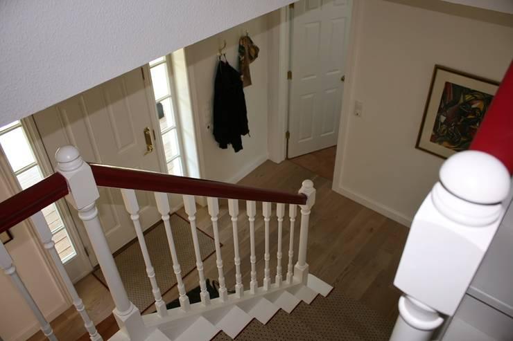 JAMES NR Treppe und Diele:  Flur, Diele & Treppenhaus von THE WHITE HOUSE american dream homes gmbh