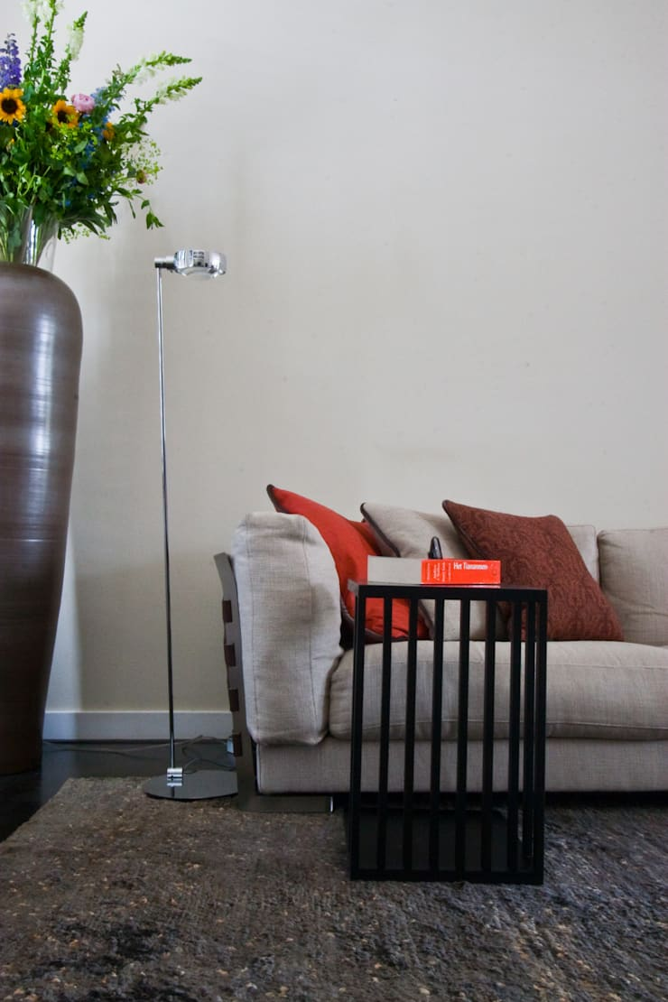 Sala de estar  por HET LINDEHUYS interieurvormgeving