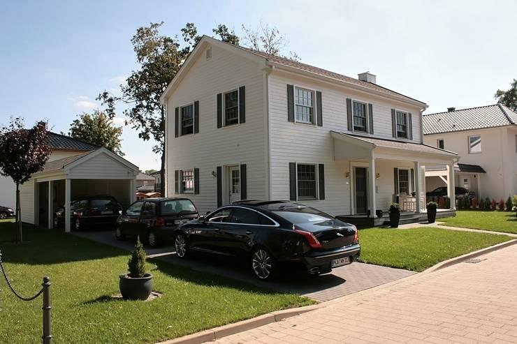 JAMES NR front und linke Seite mir Carport & Schuppen:  Häuser von THE WHITE HOUSE american dream homes gmbh