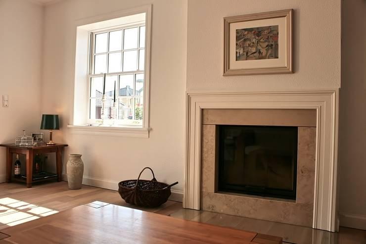JAMES NR Kamin:  Wohnzimmer von THE WHITE HOUSE american dream homes gmbh