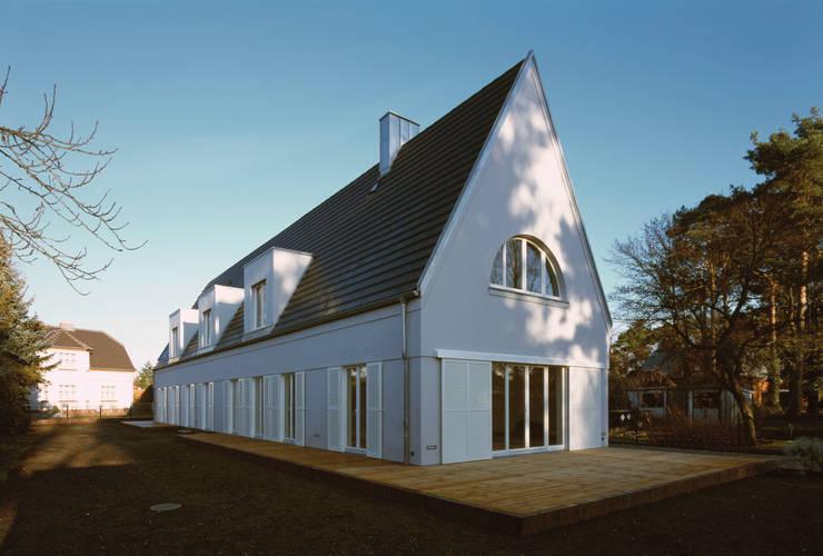 Der lange ruhige Baukörper mit vorgelagerter Holzterrasse:  Häuser von Eingartner Khorrami Architekten BDA