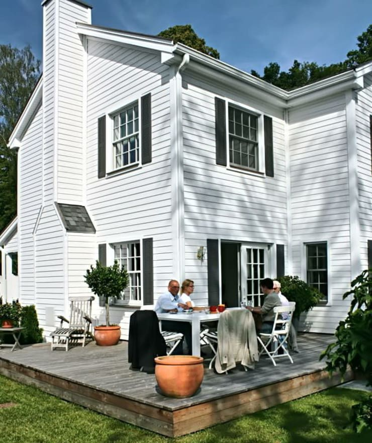 JAMES NR Gartenseite mit Deck und Kaminschornstein:  Häuser von THE WHITE HOUSE american dream homes gmbh