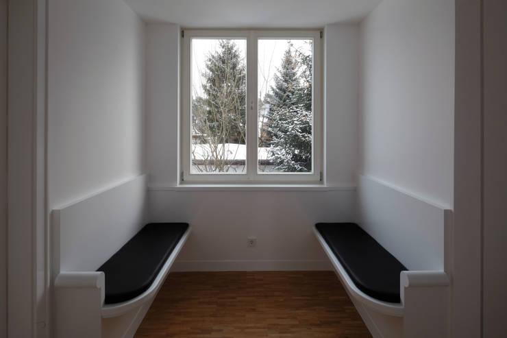 Eine der Gauben auf der Flurseite mit Sitzbänken:  Flur & Diele von Eingartner Khorrami Architekten BDA
