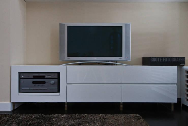 Salas de multimídia  por HET LINDEHUYS interieurvormgeving