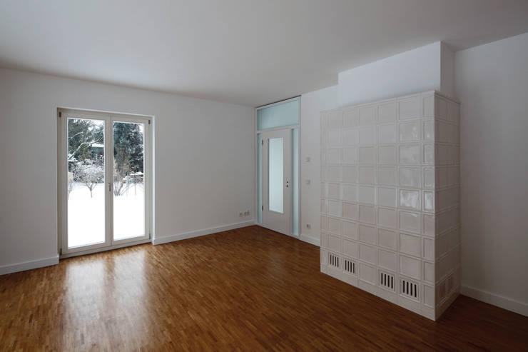 Der Kachelofen nach Architektenentwurf:  Wohnzimmer von Eingartner Khorrami Architekten BDA