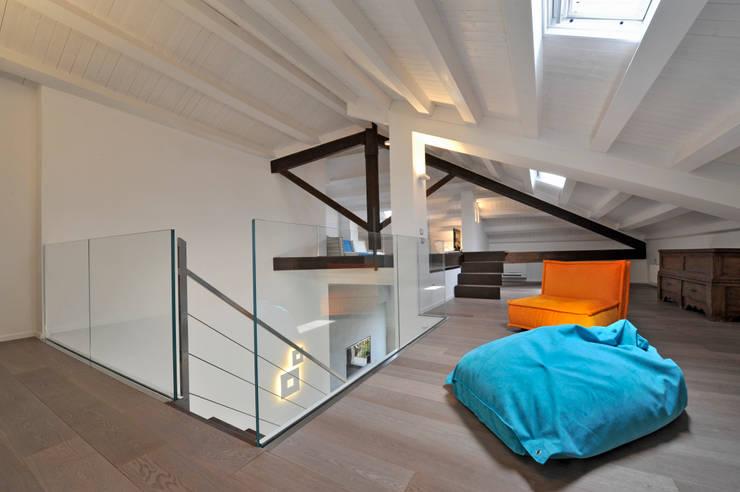 Casa Albega: Soggiorno in stile in stile Moderno di  INO PIAZZA studio
