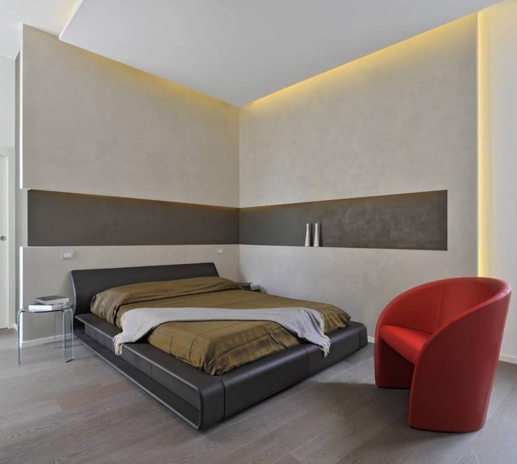Casa Albega: Camera da letto in stile in stile Moderno di  INO PIAZZA studio