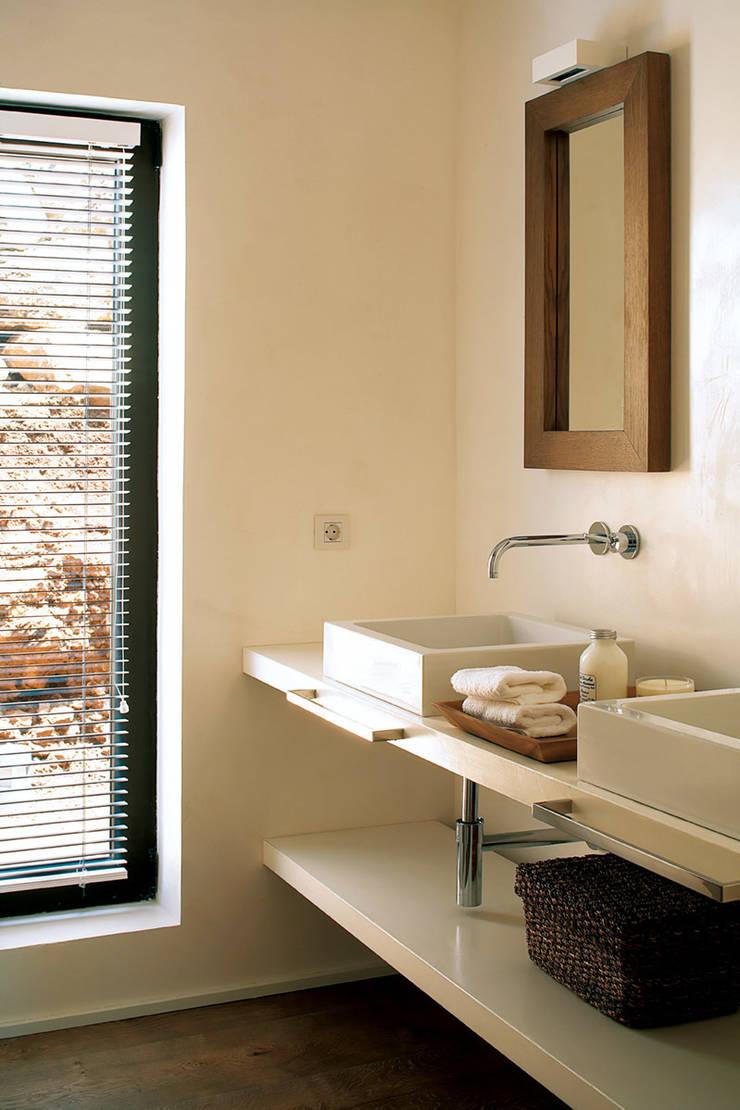 Casa Binisafúller Menorca: Baños de estilo  de adela cabré