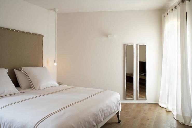 Casa Binisafúller Menorca: Dormitorios de estilo  de adela cabré
