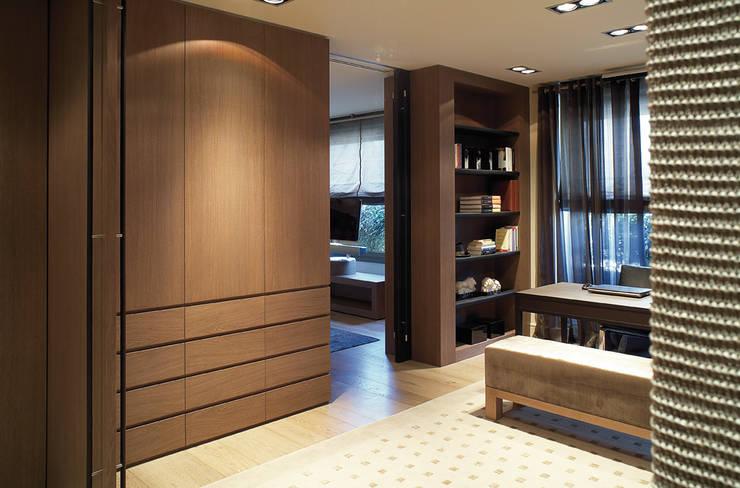 Piso Barcelona: Dormitorios de estilo moderno de adela cabré