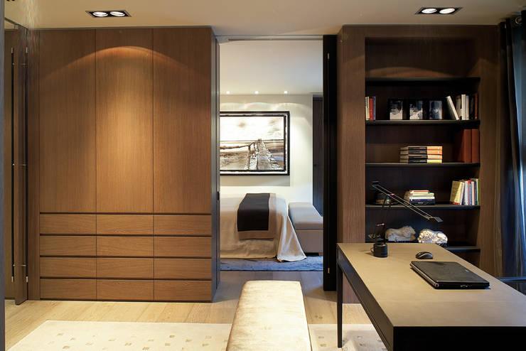 Piso Barcelona: Dormitorios de estilo  de adela cabré