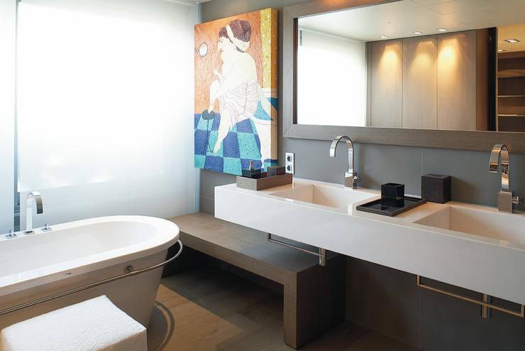 Piso Barcelona: Baños de estilo moderno de adela cabré