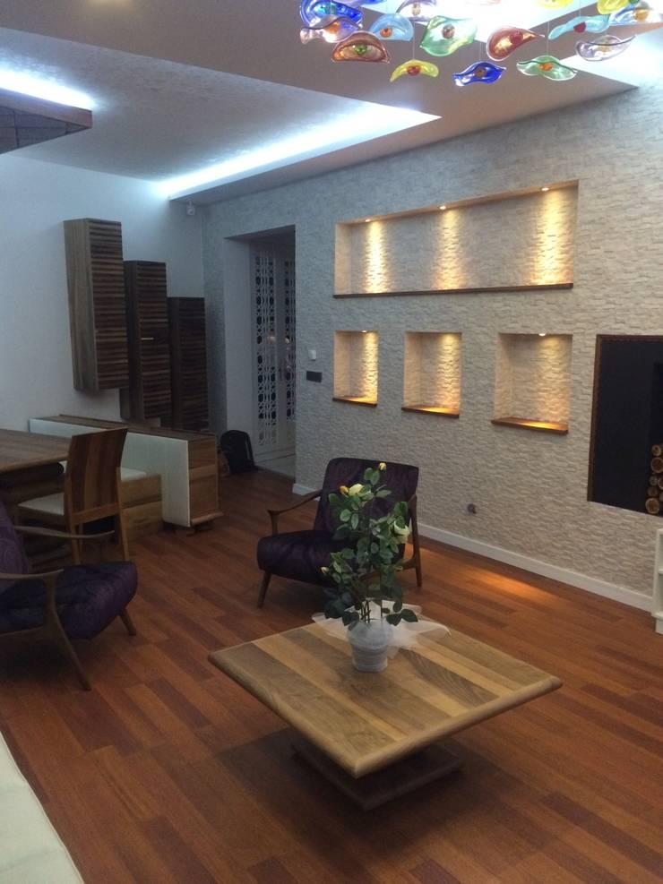 Gizem Kesten Architecture / Mimarlik – Salon nişli taş duvar:  tarz Oturma Odası